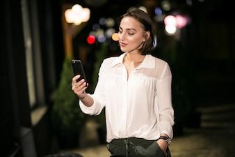 Geschäftsfrau mit dem Telefon