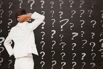 Geschäftsfrau mit Fragen