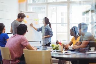 Geschäftsleute diskutieren mit ihren Kollegen auf whiteboa