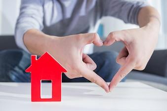 Geschäftsleute halten Hausmodell in der Hand