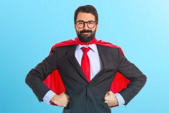 Geschäftsmann gekleidet wie Superheld auf bunten Hintergrund