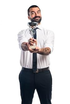 Geschäftsmann hält eine Trophäe
