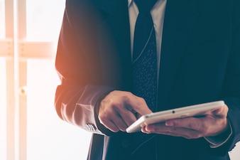 Geschäftsmann Hände mit Tablette in einem Büro