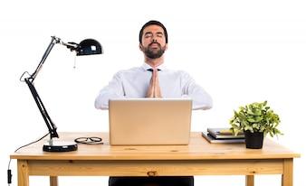 Geschäftsmann in seinem Büro in Zen Position