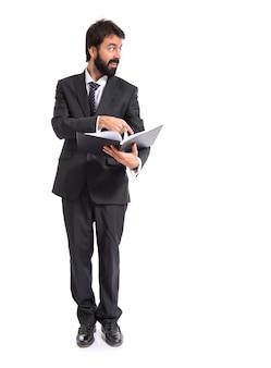 Geschäftsmann mit Buch über weißem Hintergrund