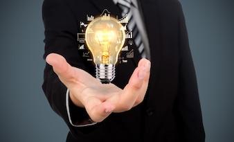 Geschäftsmann mit einer Glühbirne in der Hand