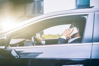 Geschäftsmann ruft im Auto an
