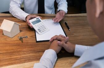 Geschäftsmann Unterzeichnung Vertrag machen einen Deal mit Immobilienmakler Konzept für Berater.