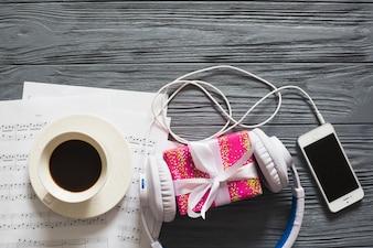 Geschenk, Geräte, Kaffee und Notizen