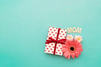 """Geschenkbox, Blumen und """"Mom"""" Schriftzug"""