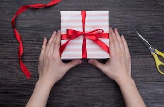 Geschenkbox Bogen Tisch Feier