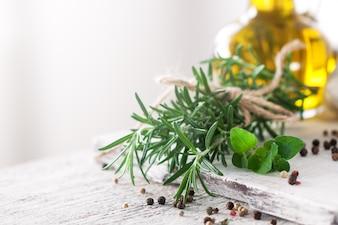 Gesunde Zutaten auf einem Küchentisch - Spaghetti, Olivenöl, t