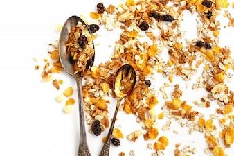 Getreide mit Rosinen und zwei Löffel