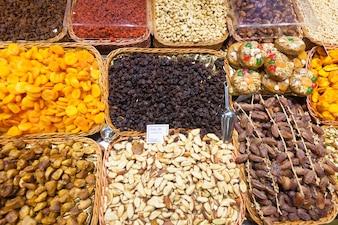 Getrocknete Früchte und Nüsse an der Theke