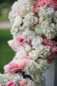 Girlande aus rosa und weißen Rosen und Pfingstrosen