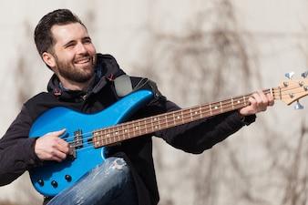 Gitarrist hat Spaß