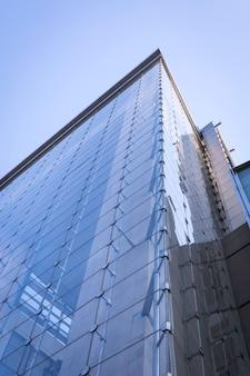 Glasgebäude von unten gesehen