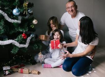 Glückliche Familie mit Weihnachtsgeschenken