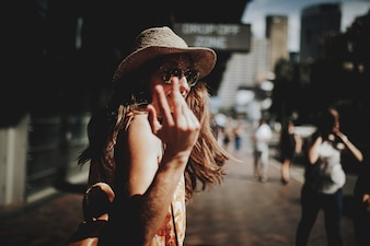 Glückliche Frau zu Fuß in Sydney City, drehen um und machen ein Zeichen der Kamera.