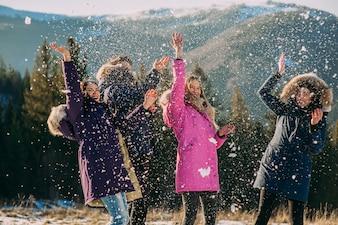 Glückliche, fröhliche Gruppe junger Menschen in den Bergen