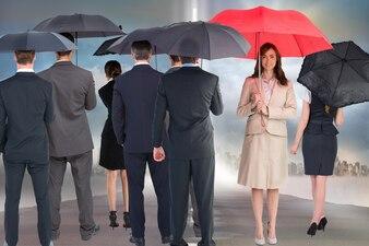 Glückliche Geschäftsfrau mit rotem Regenschirm