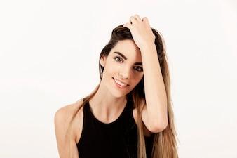 Glückliche junge Frau posiert und lächelnd
