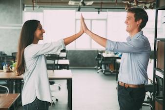 Glückliche Kollegen geben fünf als Symbol des Erfolgs