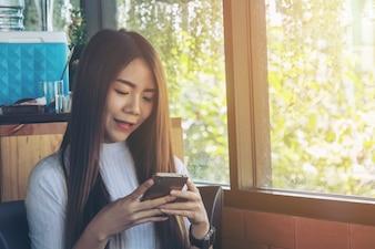 Glückliche Verwendung Smartphone