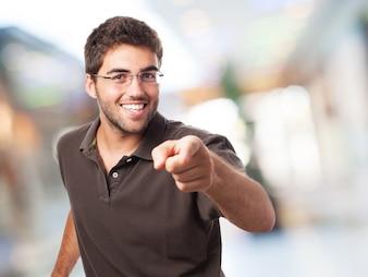 Glücklicher Kursteilnehmer mit dem Zeigefinger zeigt