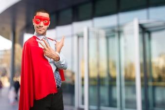 Glücklicher Super-Geschäftsmann, der eine Siegesgeste macht