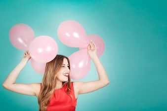 Glückliches Mädchen mit Ballons