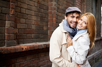 Glückliches Paar einander umarmt auf der Straße