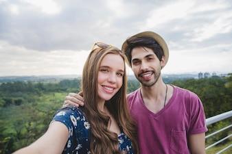 Glückliches Paar selfie auf Aussichtsplattform