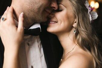 Glückliches sanftes Paar in Hochzeits-Outfits