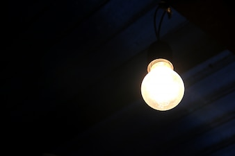 Glühbirne in dunklen Hintergrund