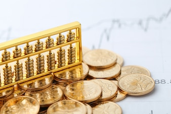 Goldener Abakus mit chinesischen rmb Goldmünzen als Hintergrund