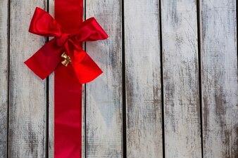 Graue Holzbretter mit einer roten Krawatte