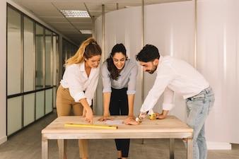 Gruppe von Ingenieuren, die am Tisch arbeiten