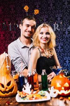 Guy und sein Mädchen lächelnd auf Halloween