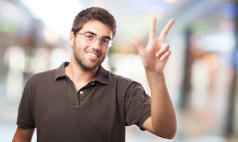 Guy zeigt drei Finger