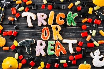 Halloween-Dekorationen und Kekse