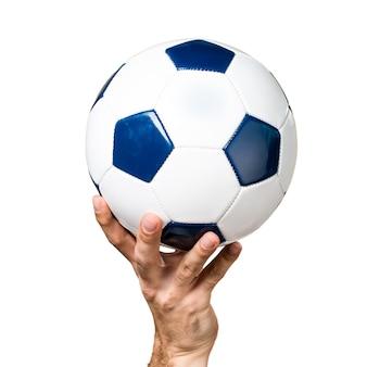 Hand des Mannes, der einen Fußball hält