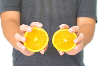 Hand hält Orange isoliert auf weißem Hintergrund