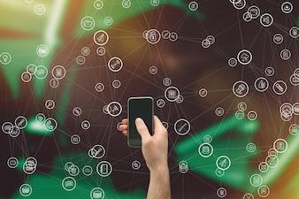Hand hält Smartphone mit Ikonen-Sammlung