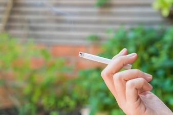 Hand halten Zigarette
