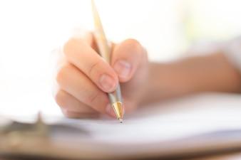 Hand mit Stift über Antragsformular