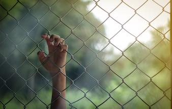 Hand wartet auf Freiheit, Konzept des Gefängnisses im Gefängnis innerhalb und außerhalb der Welt