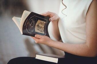 Hände der Frau, ein Buch zu öffnen