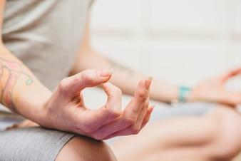 Hände der meditierenden Frau