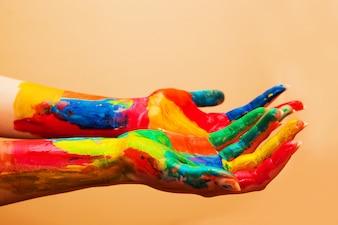 Hände voll der Farben